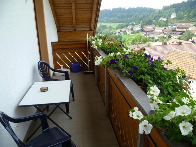 Balkon mit Blick aufs Dorf, Ferienwohnungen Sankt Englmar