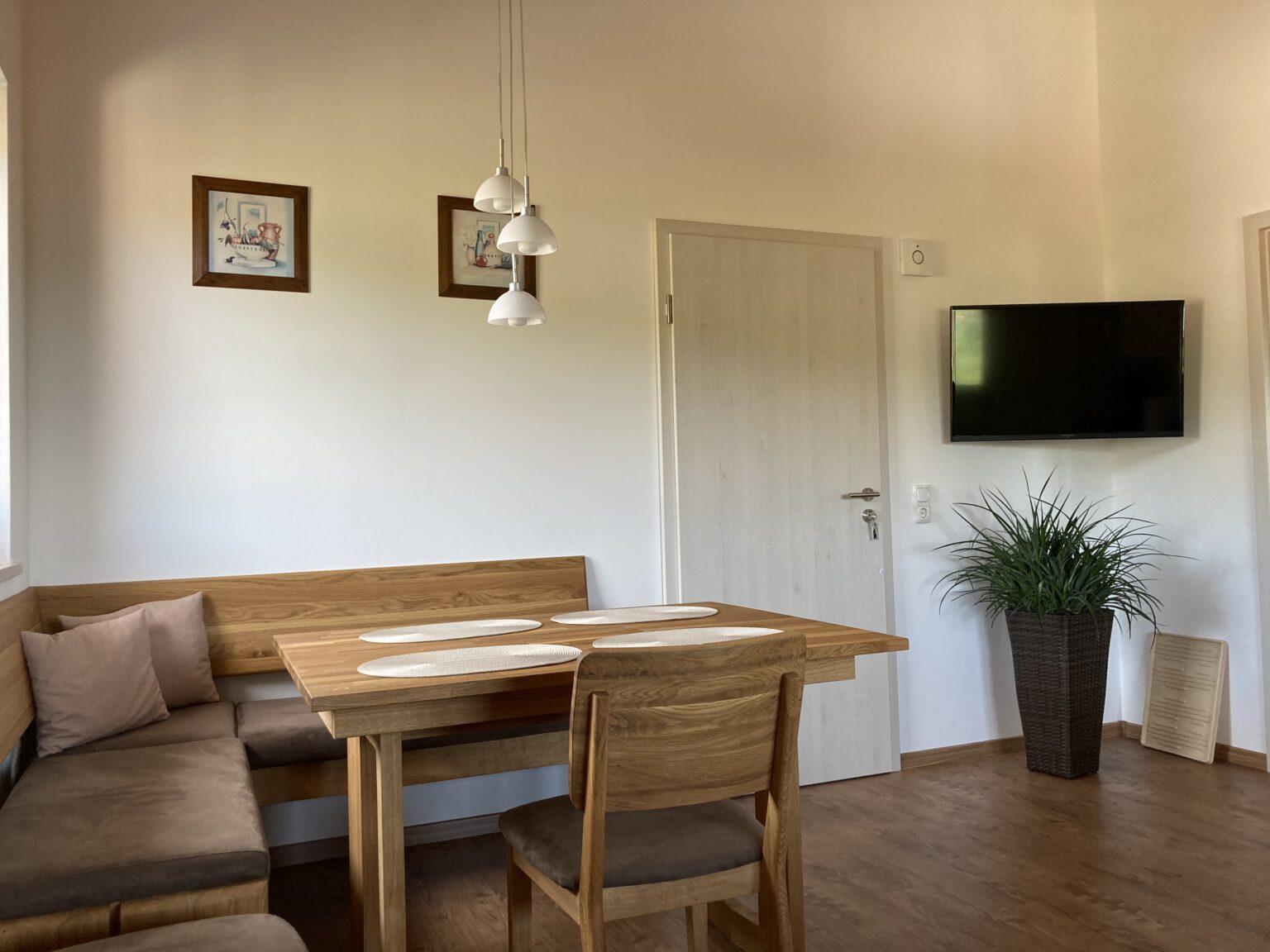 Essbereich mit Fernseher in Ferienwohnung 1, Ferienwohnungen Sankt Englmar