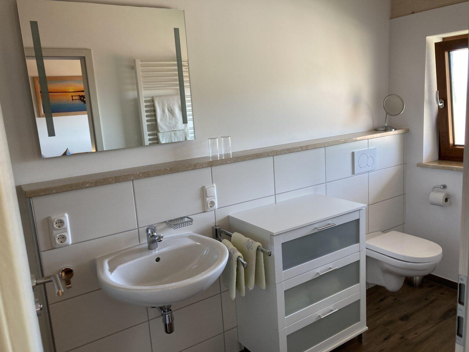 Bad mit Waschbecken und Fenster, Ferienwohnungen Sankt Englmar