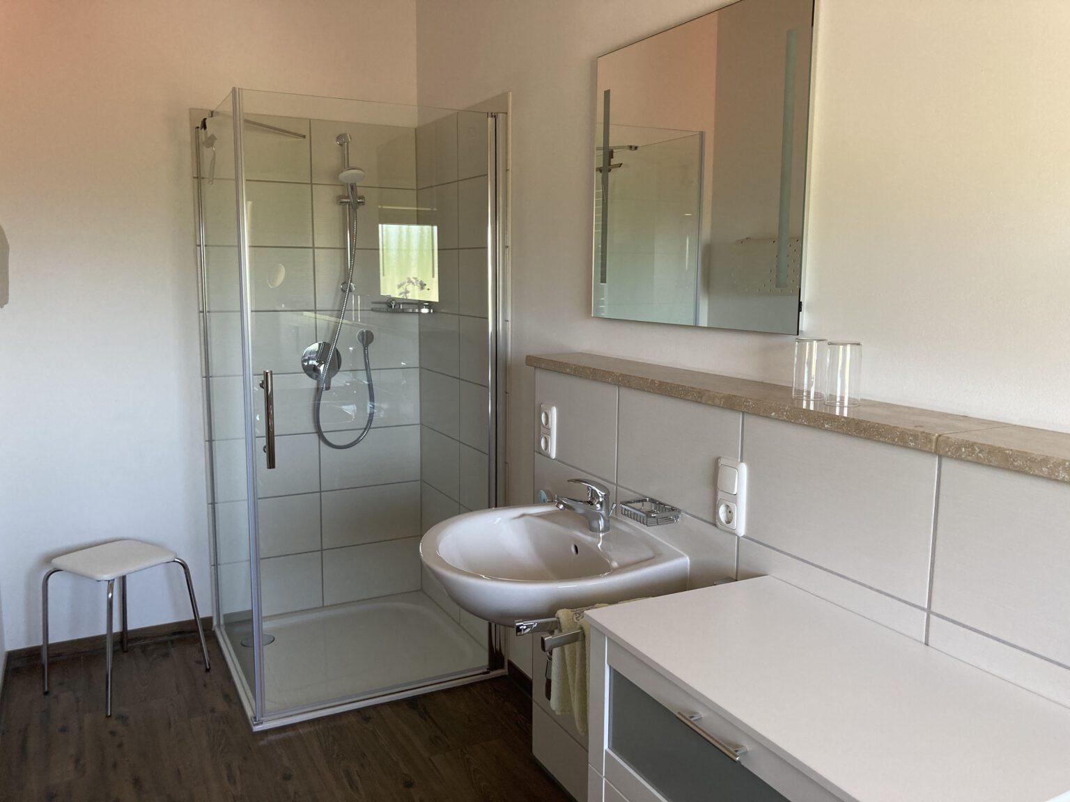 Bad mit Dusche in Ferienwohnung 1, Ferienwohnungen Sankt Englmar