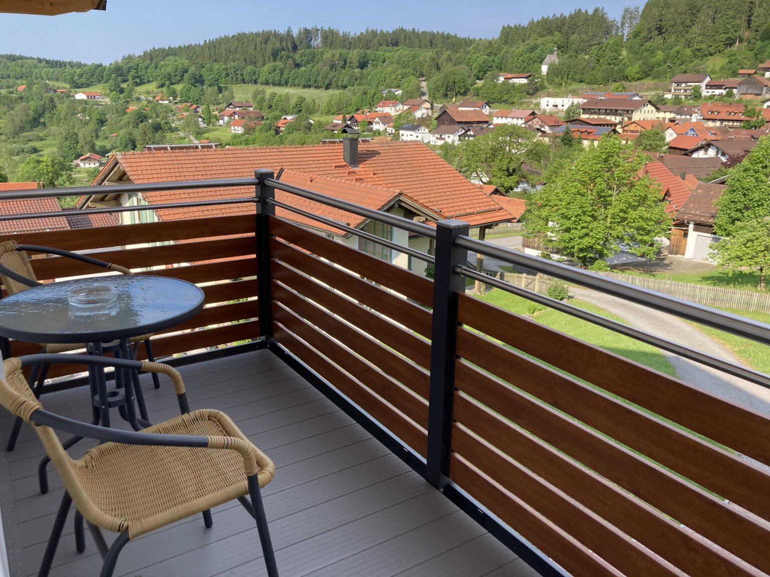 Balkon mit Dorfblick in Ferienwohnung 1, Ferienwohnungen Sankt Englmar